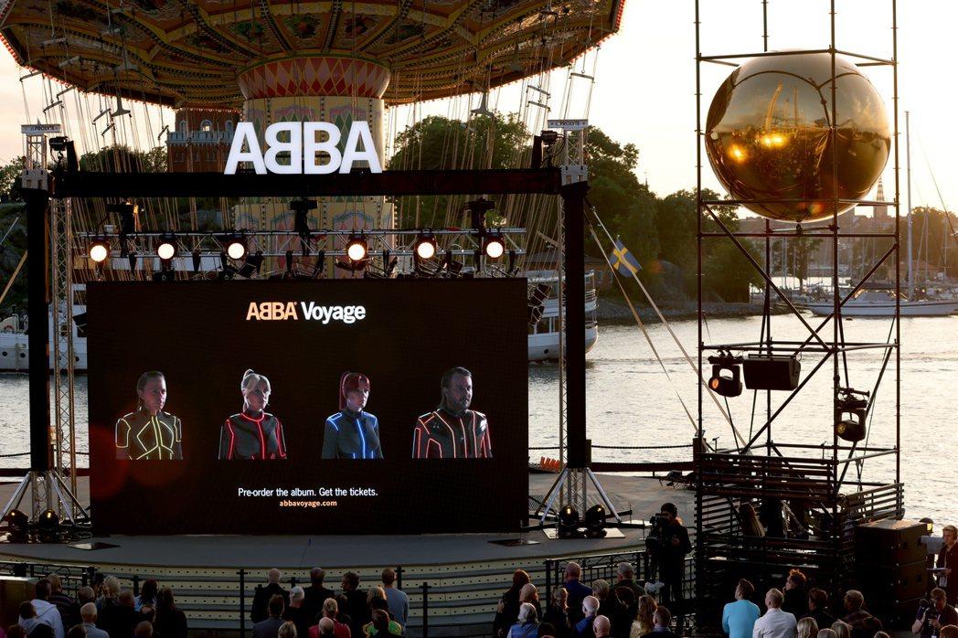 瑞典斯德哥爾摩粉絲看著大螢幕,接收ABBA要再出新專輯並開演唱會的訊息。歐新社