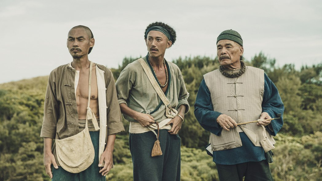 夏靖庭(左起)吳慷仁和雷洪三金影的對戲。圖/公視提供