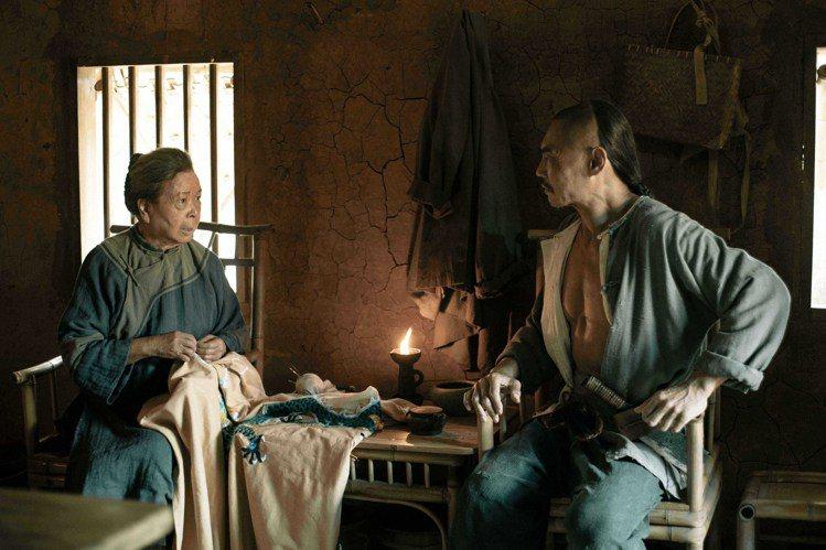 梅芳(左)和夏靖庭隔11年再演母子。圖/公視提供