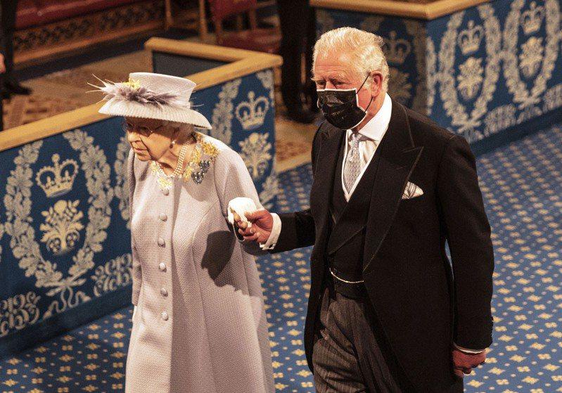 英國女王伊麗莎白二世與王儲查理王子。(美聯社)