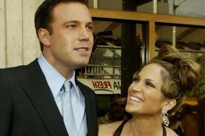 拉丁天后珍妮佛羅培茲(右)和好萊塢巨星班艾佛列克(左)在分手17年後重回彼此懷抱。圖為2003年兩人出席電影首映。路透