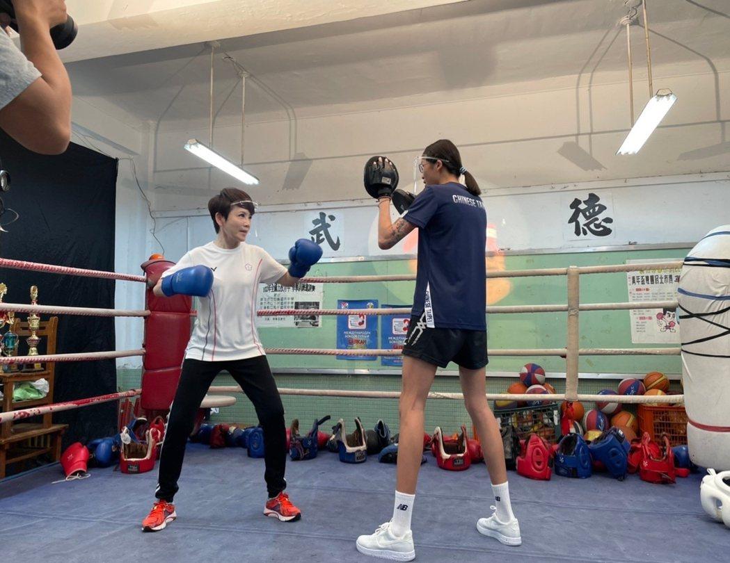 黃筱雯教陳雅琳出拳技巧。圖/華視提供