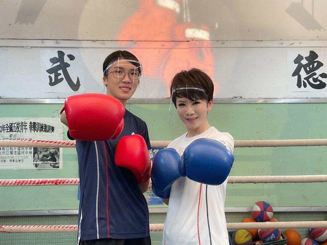 黃筱雯和陳雅琳一起切磋。圖/華視提供