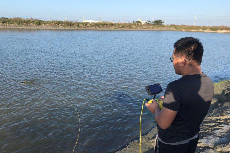 研究人員遠端遙控水下無人機觀測水下生物。圖/新北市漁管處提供