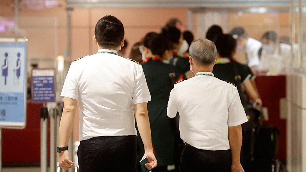 近日傳出長榮航空有三位機師「突破性感染」,中央流行疫情指揮中心昨天公布,「強化機...