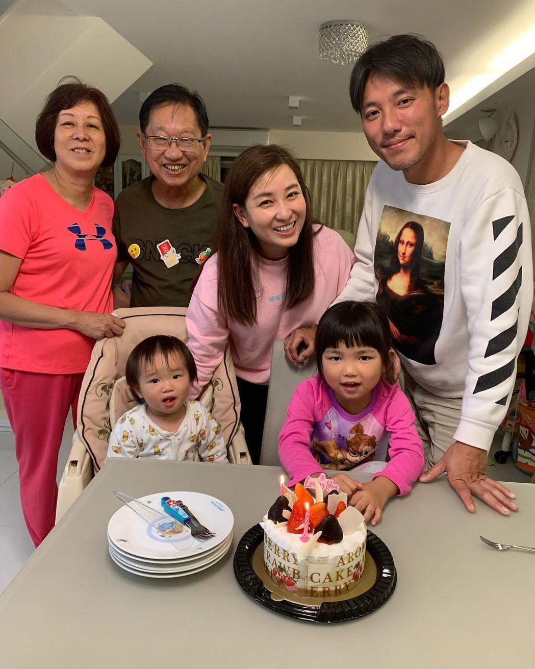 麥雅緻一家人和父母。 圖/擷自麥雅緻IG