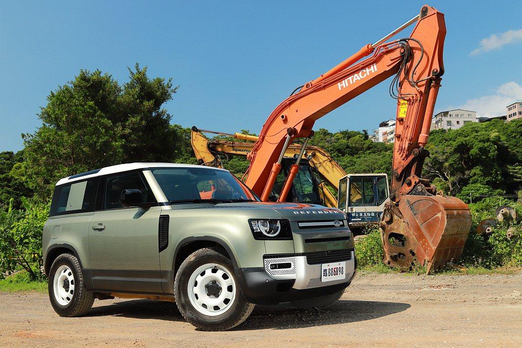 Land Rover Defender 90車長為4,583mm(包含備胎)、軸...