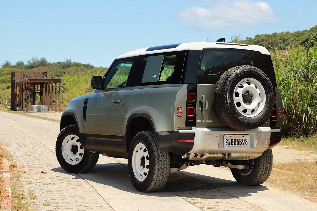 試駕車型額外選配復古味十足的18吋亮澤白色鐵製輪圈、同尺寸鐵製備胎、C柱車身飾板...