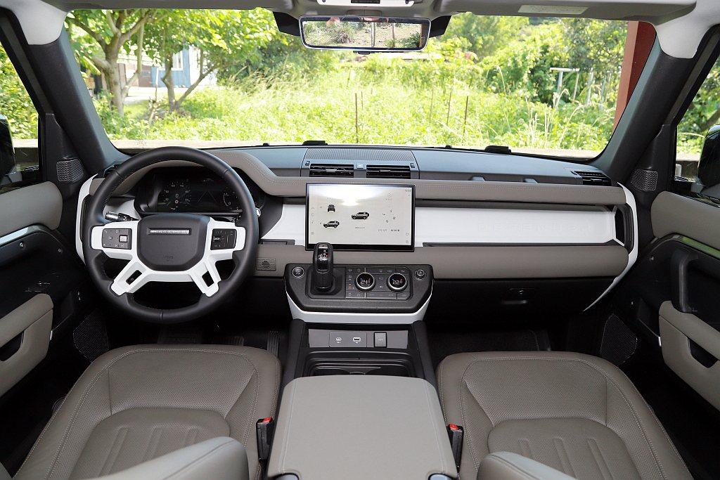 Land Rover Defender 90車艙鋪陳延續長軸版配置,12.3吋全...