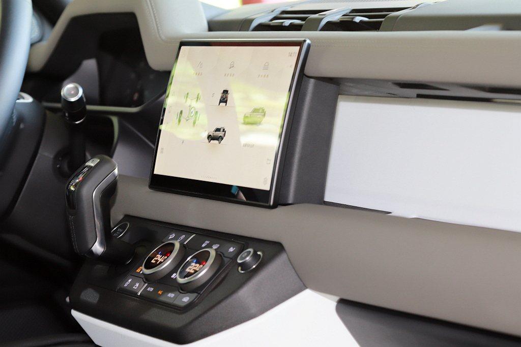 新年式Land Rover Defender中控顯示螢幕已經升級為曲面11.4吋...
