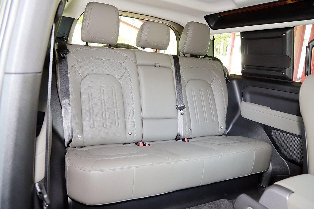 Land Rover Defender 90因為換裝承載式車體結構,不僅後排乘客...