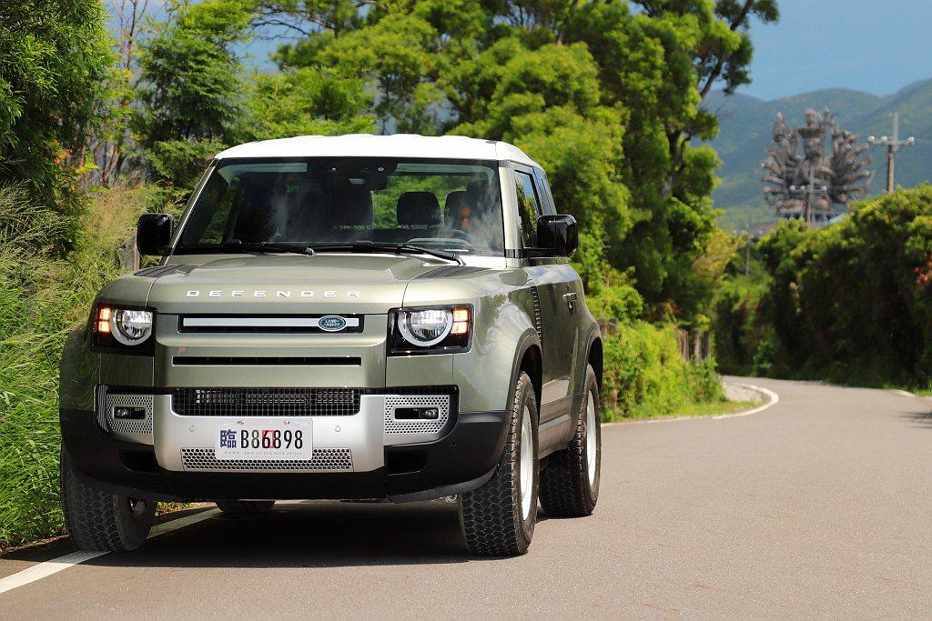 Land Rover Defender雖然車體方正,但高速行駛時也要超過100k...