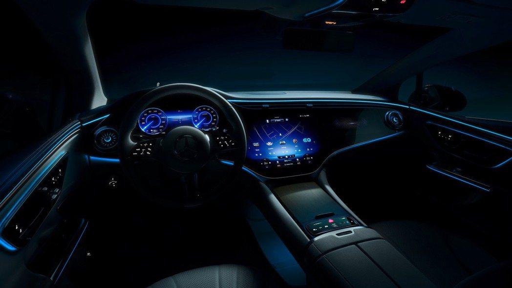 全新Mercedes-Benz EQE內裝預告照。 摘自Mercedes-Ben...