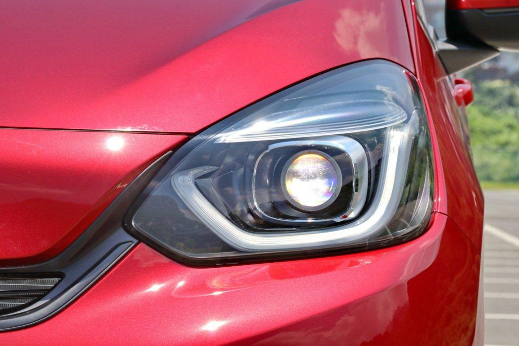 眼神更是第四代Fit的重點之一,頭燈採用LED規格,U型LED日行燈同樣相當有設...