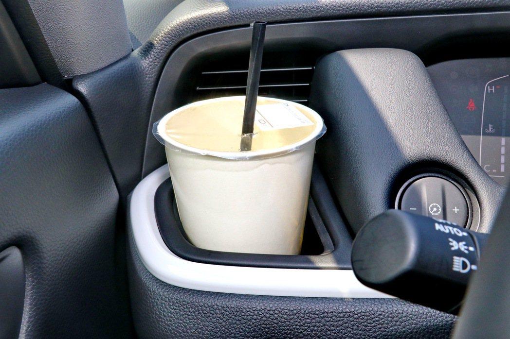 冷氣出風口前設置置杯架雖然便利卻擋住出風品質。 記者陳威任/攝影