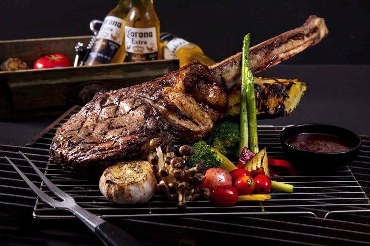 台北凱達大飯店推外帶烤肉饗宴,圖為超豪邁炭烤戰斧牛排6人份套餐。圖/台北凱達提供