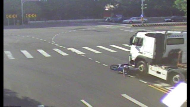 女子昨天下午騎機車在台1線公路後龍大橋南端路口停等區等號誌 ,起步時突然遭後方的...