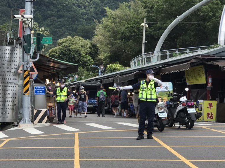 橫山警方加派警力管制老街入口人車,同時提醒遊客戴好口罩。記者巫鴻瑋/攝影