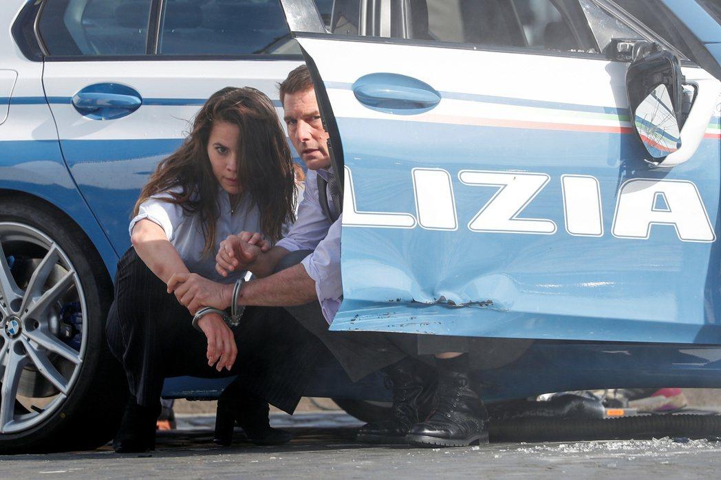 湯姆克魯斯(右)為了拍「不可能的任務7」,反而危及自己另一部續集大片的「錢」途。