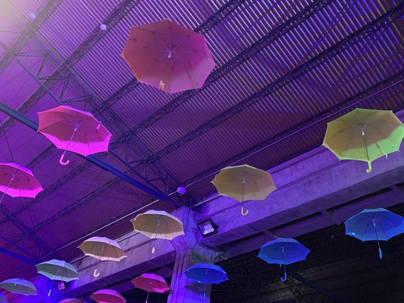 有料倉庫的《行雨宜蘭》營造宜蘭雨的意境,展區上方還有雨傘相呼應。記者林佳彣/攝影