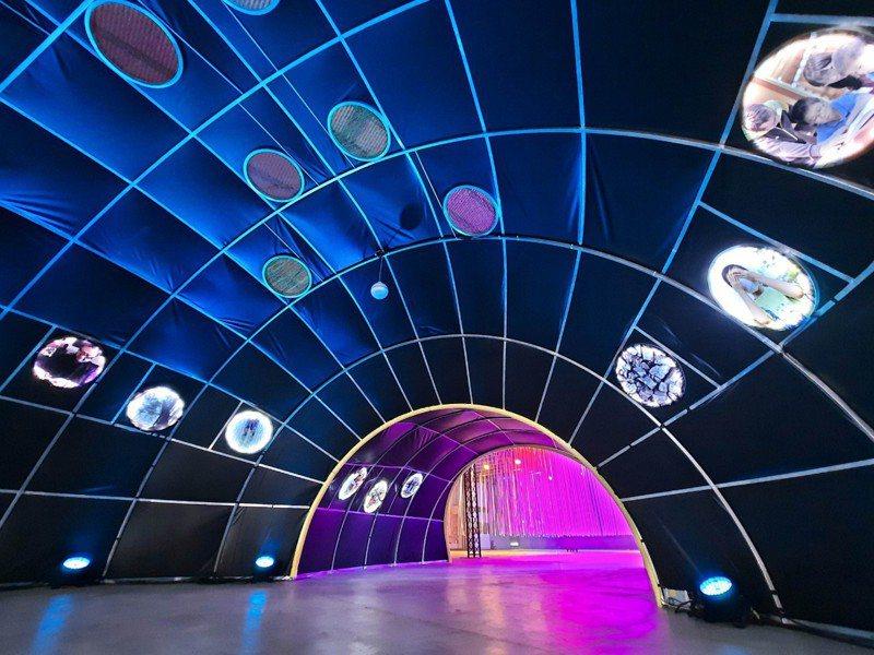 有料倉庫的時光隧道《弦外之音》以雪山隧道為發想,透過LED照片呈現宜蘭今昔意象。圖/宜蘭縣政府提供