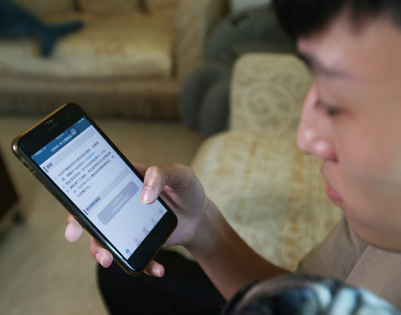 台灣首批BNT疫苗開放12至18歲青少年接種,保險公司也下修疫苗險投保年齡限制。圖/聯合報系資料照片
