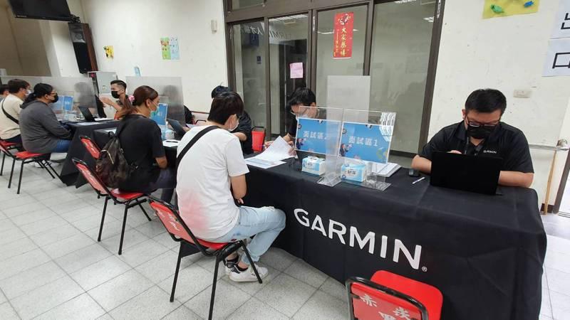 Garmin投資台南90億台幣,提供1000名職缺,台南市勞工局連4周舉辦徵才,今天第2場預約面試相當踴躍。圖/勞工局提供