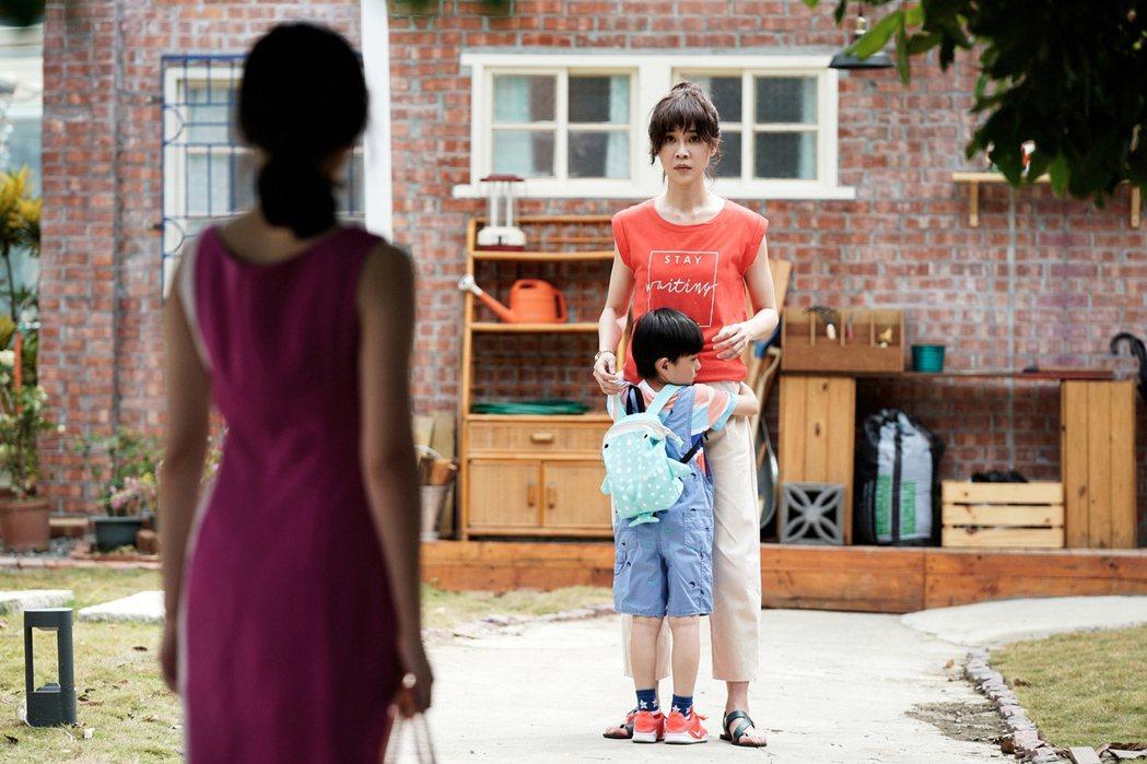 謝盈萱(右)戲中面臨小孩的難題。圖/華視提供