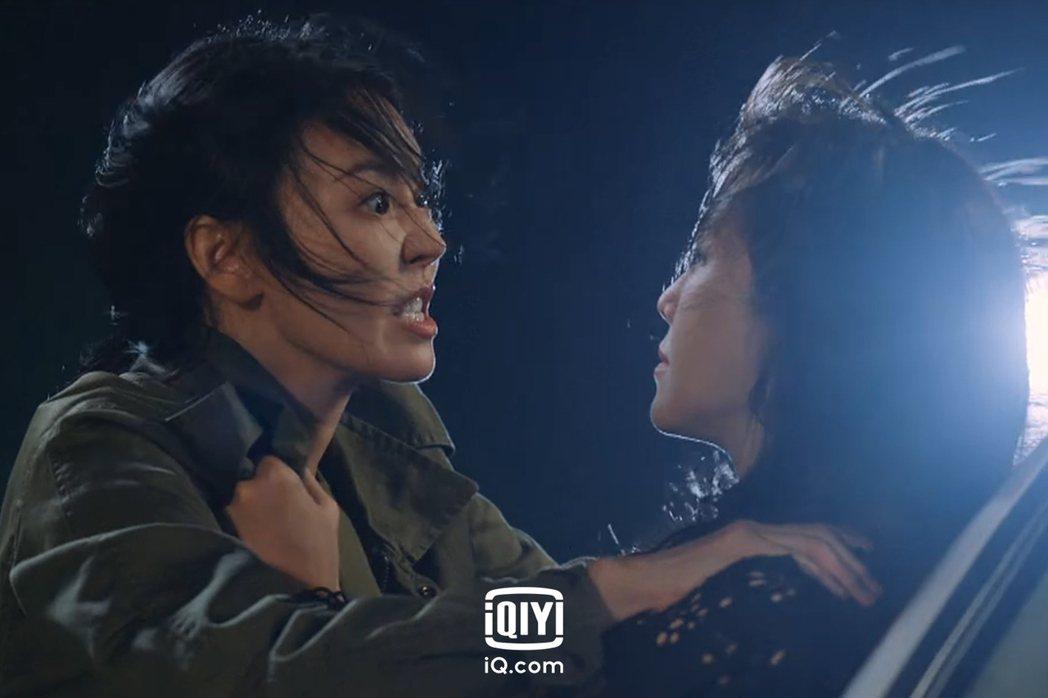 金素妍發狠與李智雅拉扯。圖/愛奇藝國際站提供