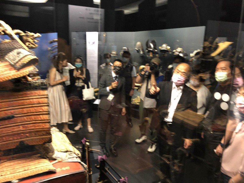蘇貞昌參觀奇美博物館各國兵器時如數家珍、不時搭配各種手勢向隨行人員說明。記者周宗禎/攝影