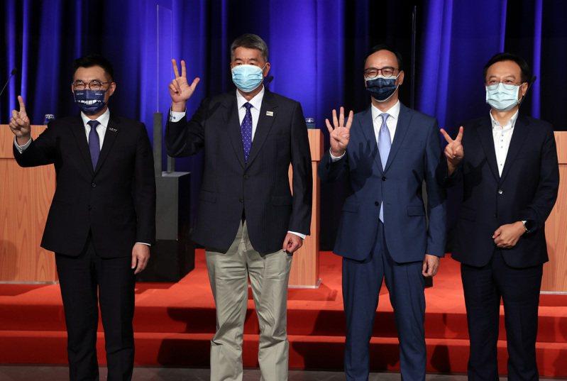 國民黨主席改選,今天下午舉辦電視辯論會,候選人江啟臣(左起)、張亞中、朱立倫、卓伯源辯論前合影,並各自比出自己號次加油打氣。記者曾吉松/攝影