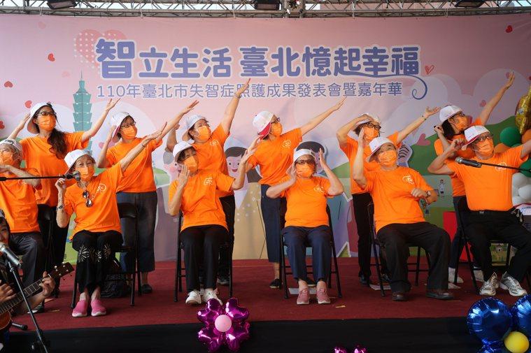 9月21日是國際失智症日,北市政府衛生局今在台北車站新光大樓前廣場舉辦「110年...