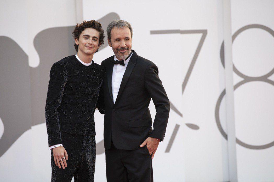 「甜茶」提摩西查勒梅(左)與導演丹尼維勒納夫出席科幻大片「沙丘」在威尼斯影展舉辦