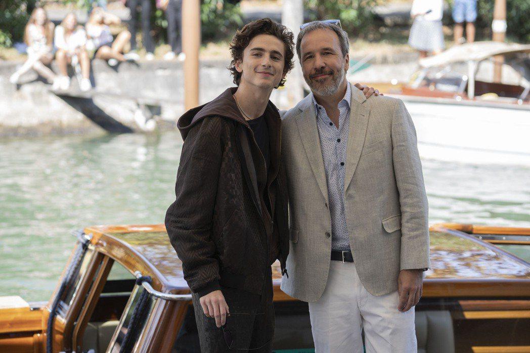 「甜茶」提摩西查勒梅(左)與導演丹尼維勒納夫出席「沙丘」在威尼斯影展舉辦的首映會...