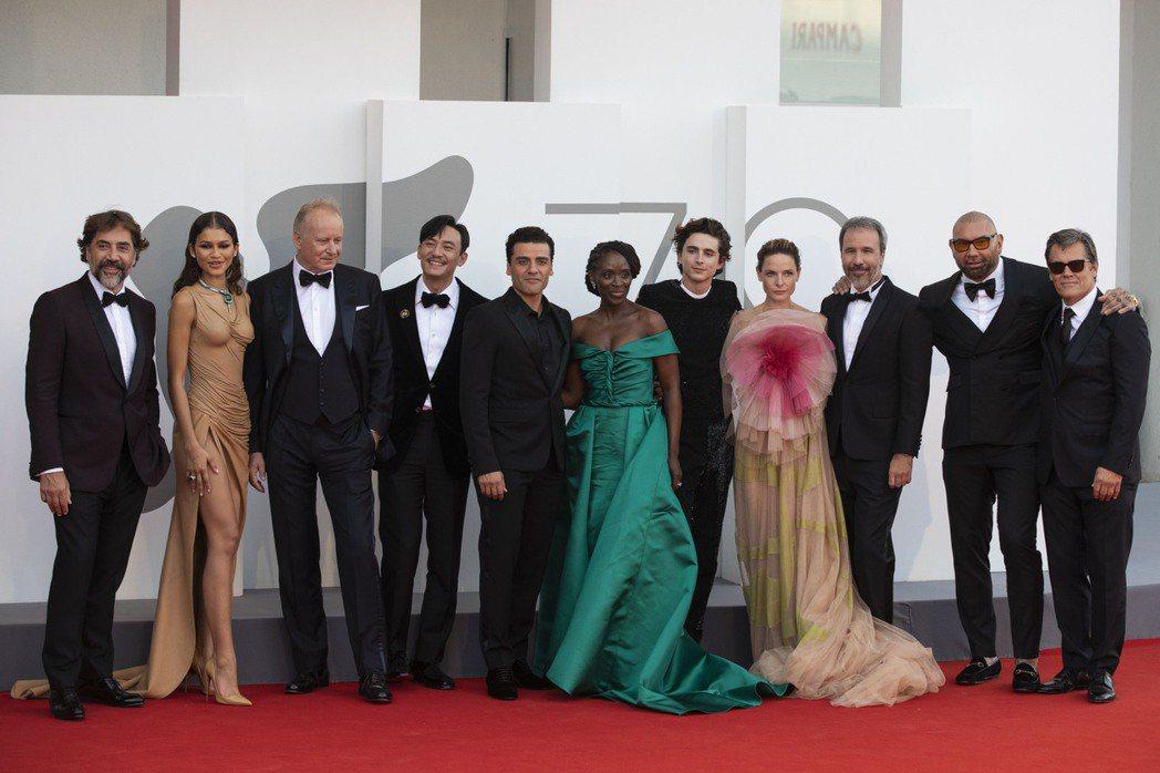 「沙丘」全體演員出席首映,張震(左4)在片中飾演關鍵角色「惠靈頓岳醫生」。圖/華...