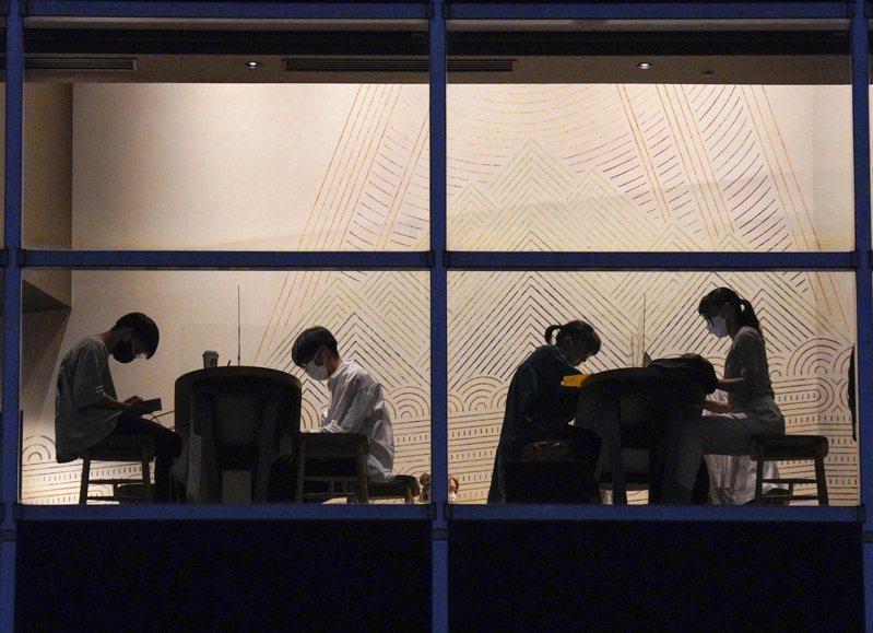 日本企業人際關係明確區分公司內、外人士,甚至把正職社員與非正職員工,當做自己人和外人。歐新社