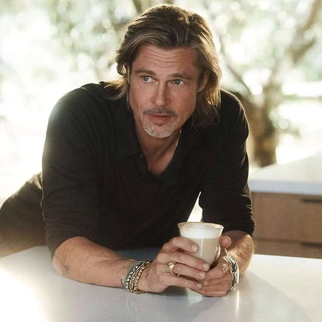 布萊德彼特帥氣擔任咖啡機品牌的新產品代言人。圖/摘自IG