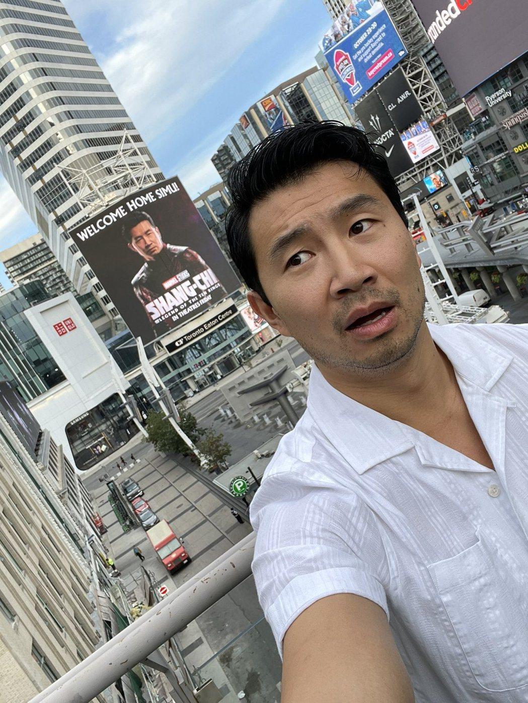 劉思慕風光回到家鄉,身後有他演出「尚氣與十環傳奇」的大型宣材。圖/摘自IG