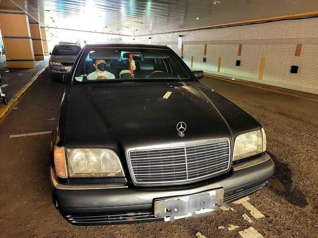 肇事貨車撞到天花板,導致瓦礫砸到蔡義德的座車。圖/蔡義德提供