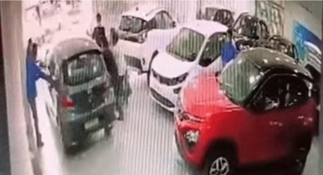 新車車主誤踩油門,剛交車就要回廠。 摘自影片