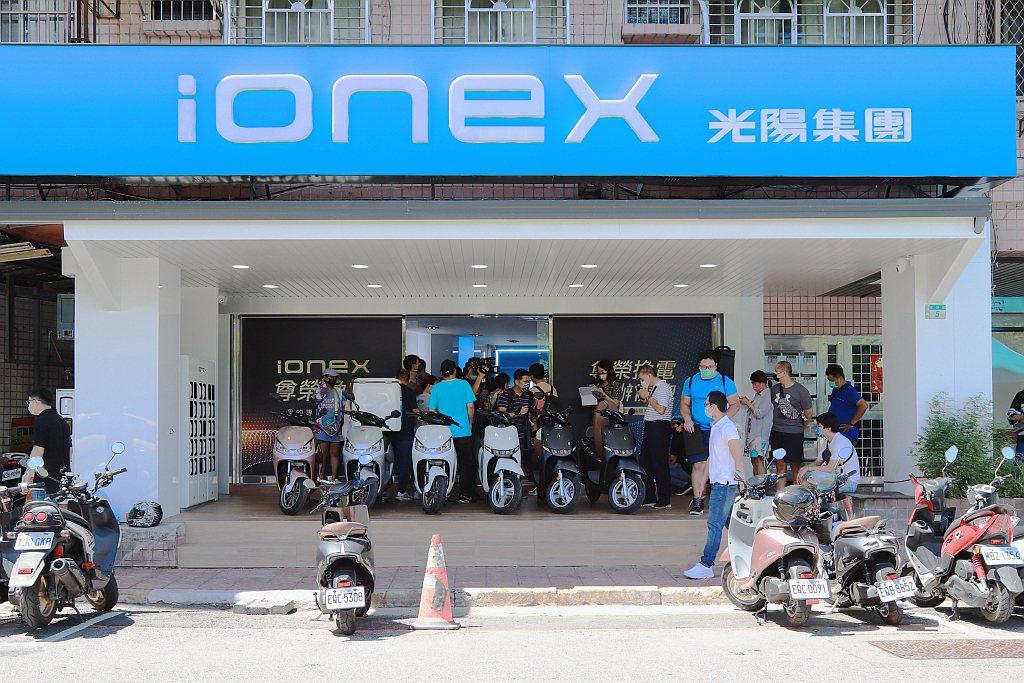 光陽「ionex尊榮換電」服務正式上線後的第一個假日,立即看到許多ionex 3...
