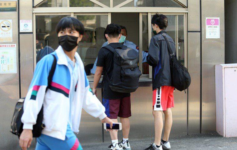 指揮中心發言人莊人祥表示,BNT疫苗預定自9月23日當周開始接種,將先從高中開始...