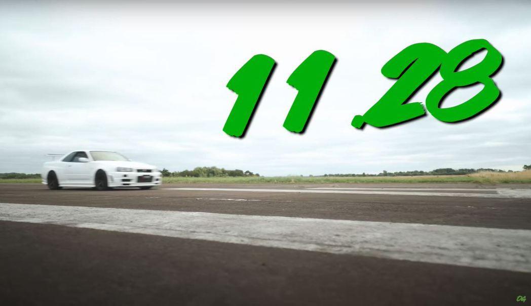 R34 GT-R在1/4英里加速繳出了11.28秒的優異成績。 截自YouTub...