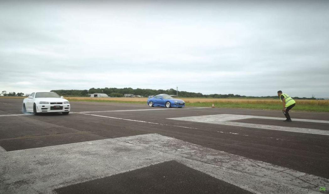 四輪驅動的GT-R起跑時抓地力的優勢相當明顯。 截自YouTube頻道:OFFI...
