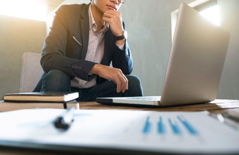一名網友分享,自己好不容易進入外商工作,入職後才發現英語能力不如人,未來在工作上可能遭遇困難。示意圖/Ingimage