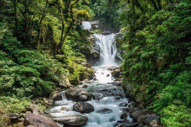 位於南勢溪中游的烏紗溪瀑布,隱身在茂密山林間,水勢娟秀清新,在此遠眺瀑布美景,詳閱解說牌內容後,即可真正開展內洞觀瀑步道散步之旅。