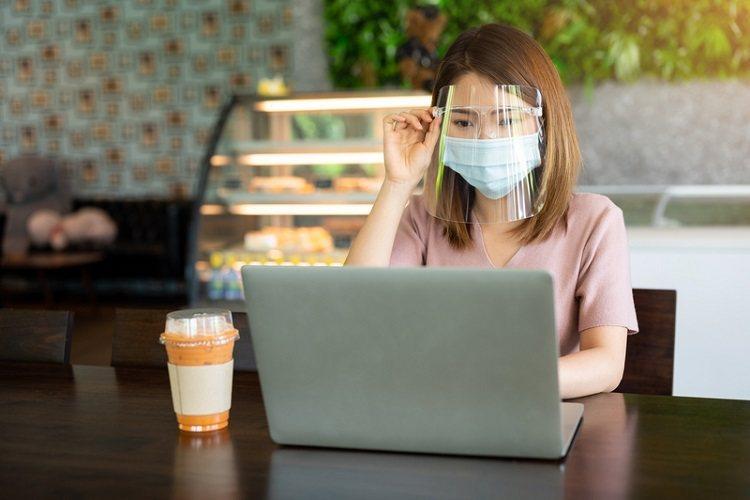 每天搭乘大眾運輸,出門在外必戴口罩,也有越來越多人會戴上防疫面罩,但拿下面罩後正...