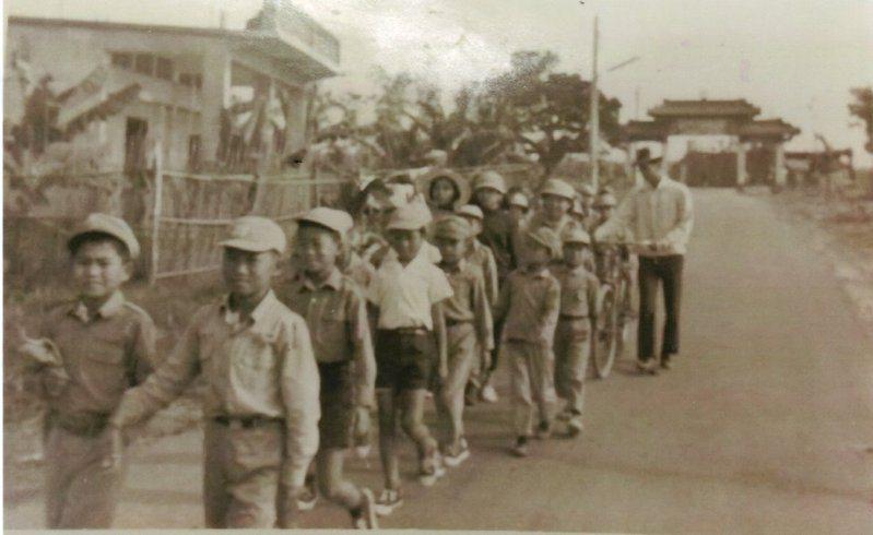 民國60年代小朋友們由中芸國校走到清水巖遠足的黑白老照片。圖/黃健君提供