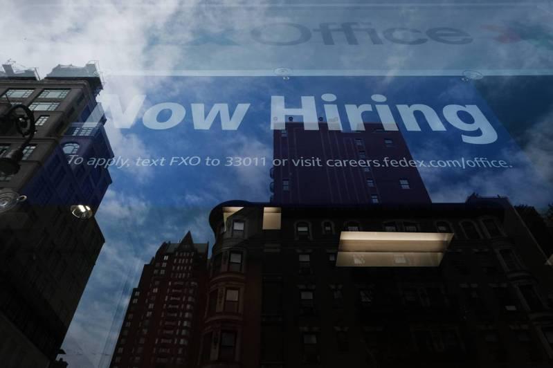 美國就業市場出現不均衡復甦現象,企業開出1000萬個職缺,但失業人口還有840萬人。圖為紐約市曼哈坦一家商店櫥窗擺出招募人手告示。法新社