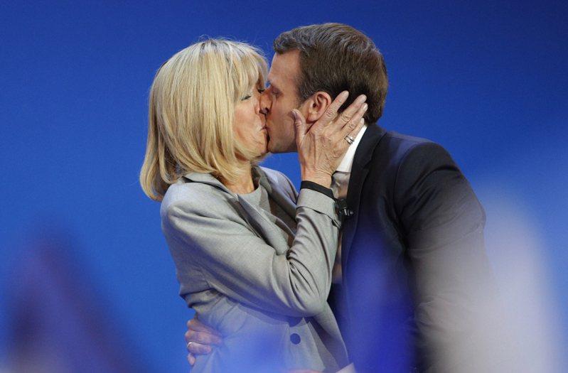 法國總統馬克宏上任以來,跟妻子布莉姬的感情是越來越緊密,甚至連政事會參考布莉姬的意見。圖為2017年馬克宏贏得總統大選,與布莉姬相擁親吻。美聯社